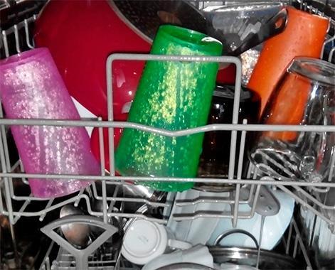 Мокрая посуда в посудомоечной машине