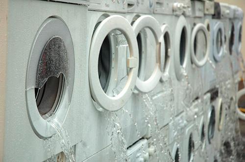 Вода вытекает из стиральных машин