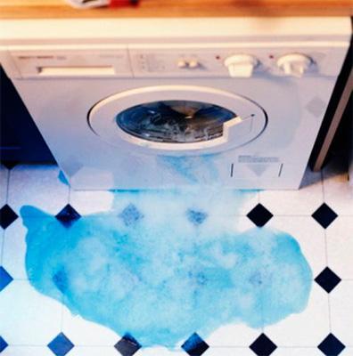 Лужа воды у стиральной машины