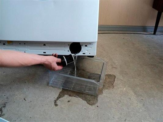 Сливаем остатки воды из стиральной машины
