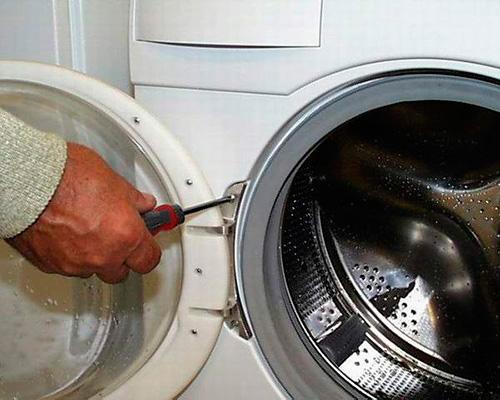 Откручиваем крепление дверцы стиральной машины