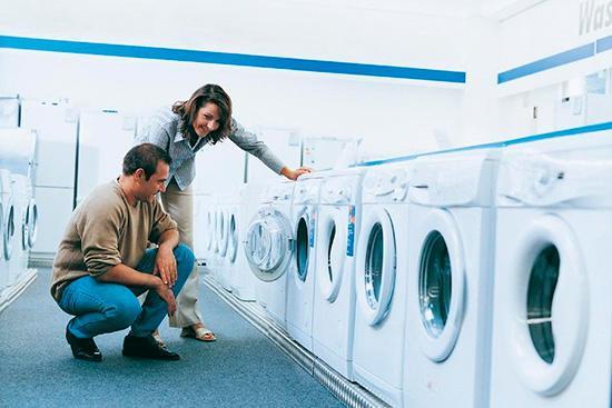 Выбор стиральной машины в магазине