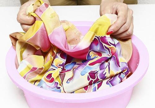 Как стирать искусственный шелк?