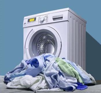 Вещи перед стиральной машиной