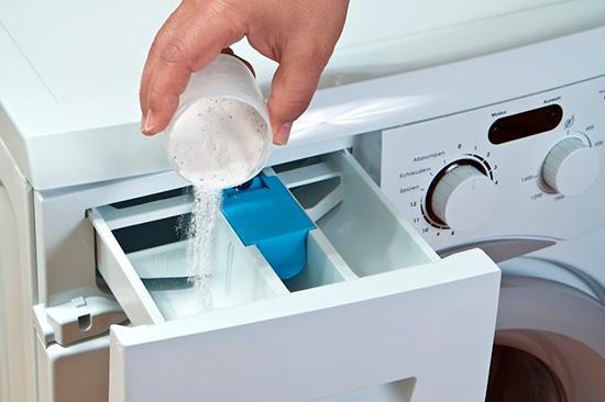 Засыпаем стиральный порошк в машинку