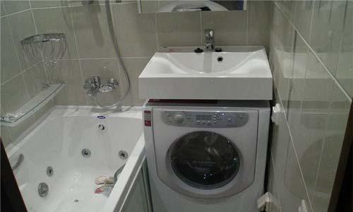 Удобное расположение стиральной машины в маленькой ванной комнате