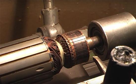 Проточка ламелей двигателя на токарном станке