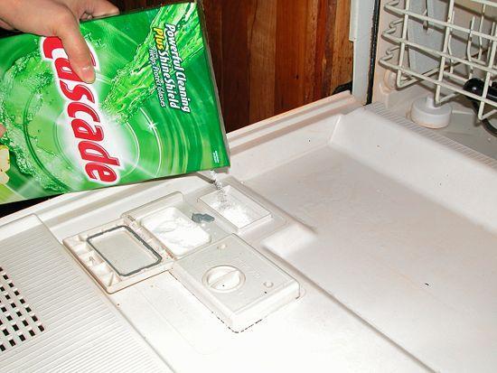 Засыпаем порошок в посудомоечную машину
