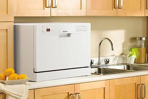 Настольная стиральная машина на небольшой кухне