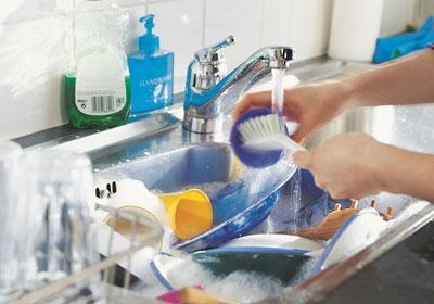 Очистка посуды перед загрузкой в посудомойку