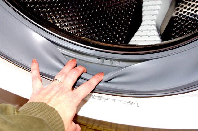 Бак стиральной машины подвергается чистке