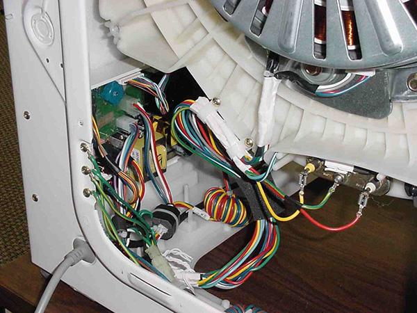 Отсоединяем провода от ТЕНа на стиральной машине