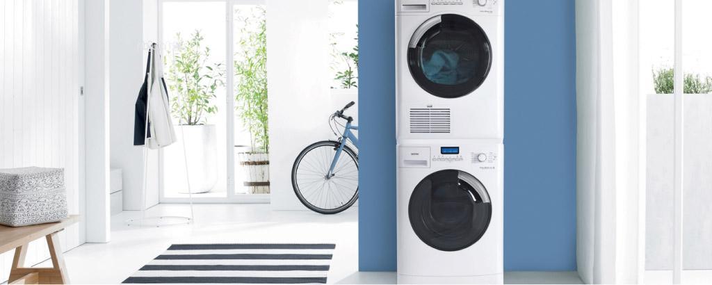 Для экономия пространства сушилки очень часто устанавливают прям на стиральные машины