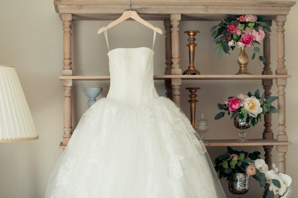 Свадебное платье на плечиках
