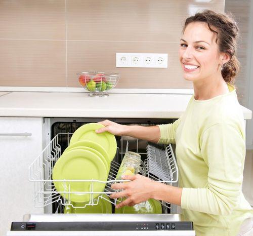 Достаем чистую посуду из посудомойки